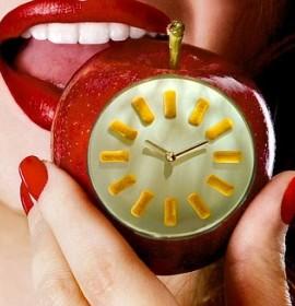Изображение часов на яблоке