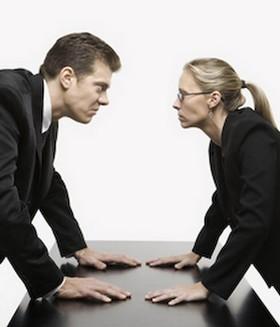 Мужчина и женщина злостно смотрят друг на друга
