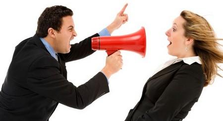 Мужчина кричит в рупор на женщину