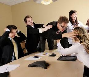Мужчина кидается на женщину над столом
