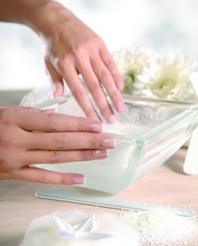 Руки опускаются в ванночку