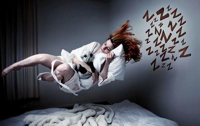 Женщина порхает над кроватью