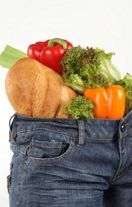 Изображение овощей, наполняющих джинсы