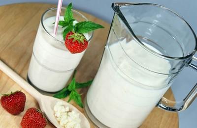 Кувшин и стакан с жидкостью молочного белого цвета