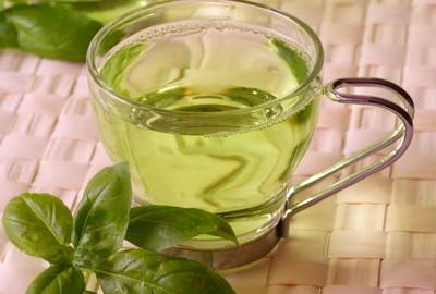 Зеленоватый напиток в прозрачной кружке