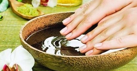 Женские руки над ванночкой