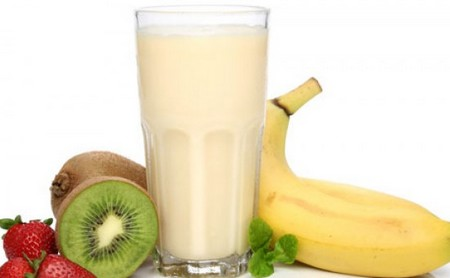 Белый коктейль и фрукты
