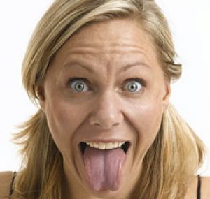 Женщина выпучила глаза и вытащила язык