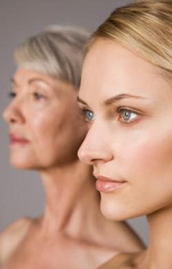 На первом плане молодая девушка, на втором плане пожилая женщина