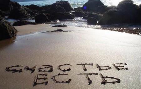 """Надпись на песке- """"счастье есть"""""""