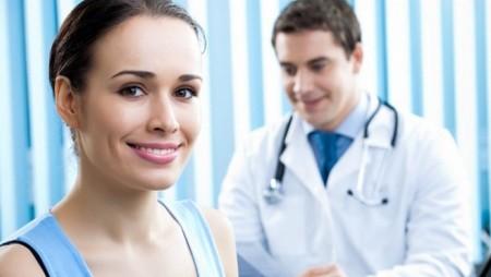 Довольная женщина у врача