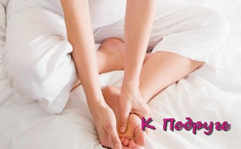 Руками держит ступни ног