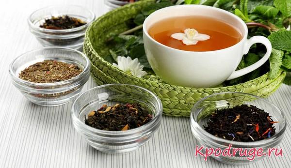 Несколько чашек с разными листиками чая